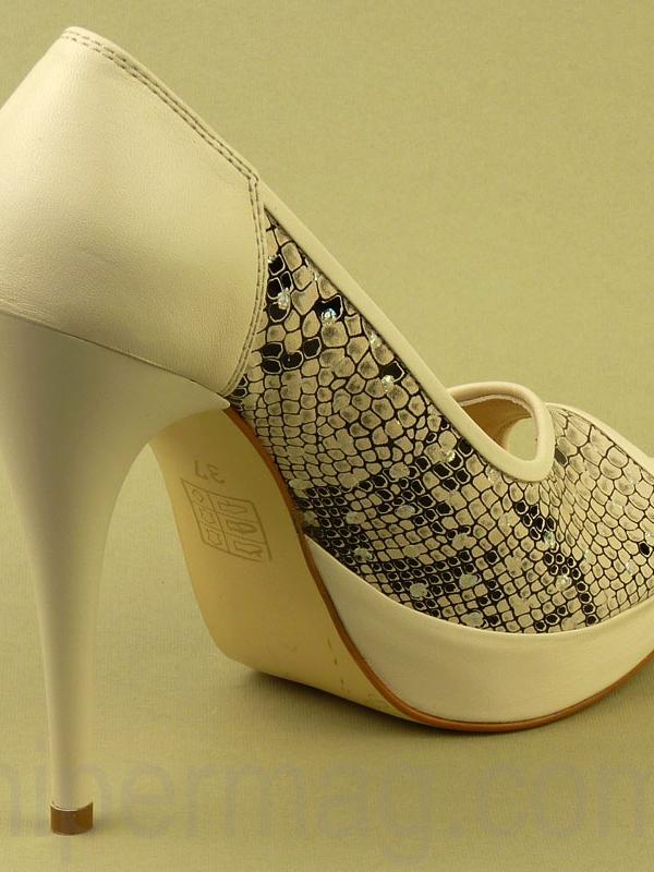 Бежови дамски обувки Sara Pen - змийски десен
