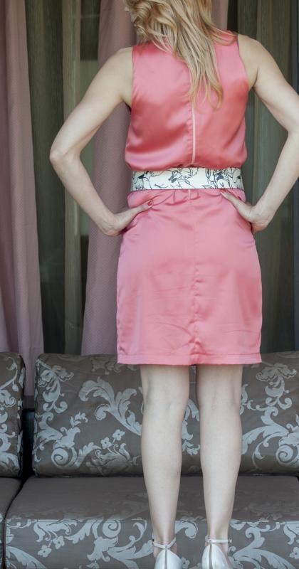 Сатенирана рокля от AGGATA в цвят корал