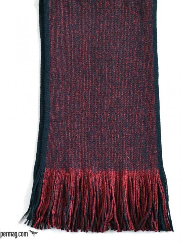 Червен шал изработен от топло плетиво