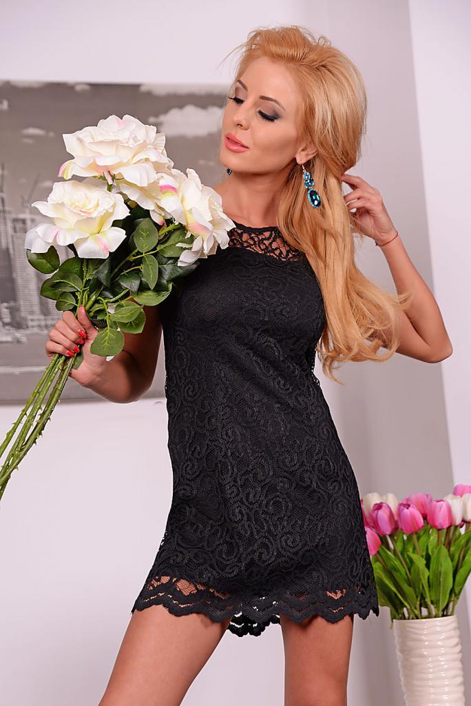 Дантелена рокля в черно