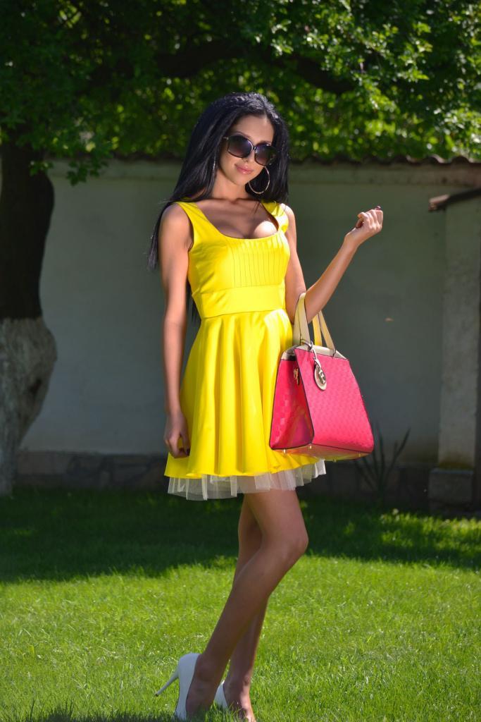 Къса жълта рокля