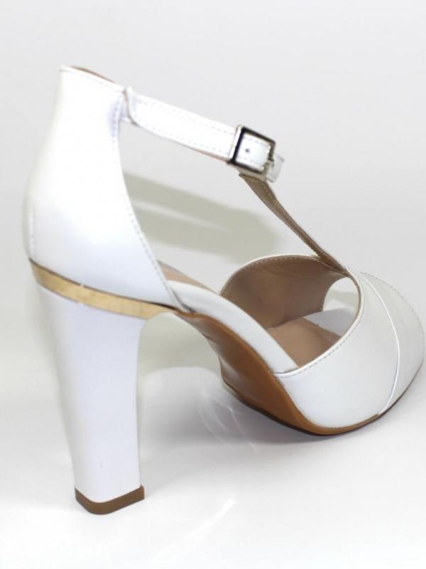 Високи обувки Sara Pen в бял цвят