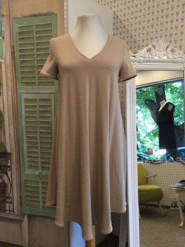 Свободна рокля в бежово Aggata - макси размери