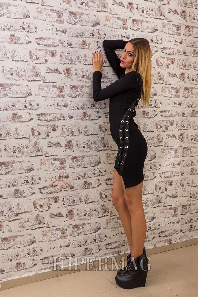 черна рокля с капси и връзки