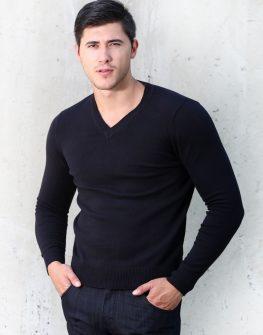 Пуловер с интересно деколте