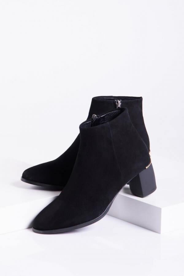 Велурени дамски боти в черен цвят
