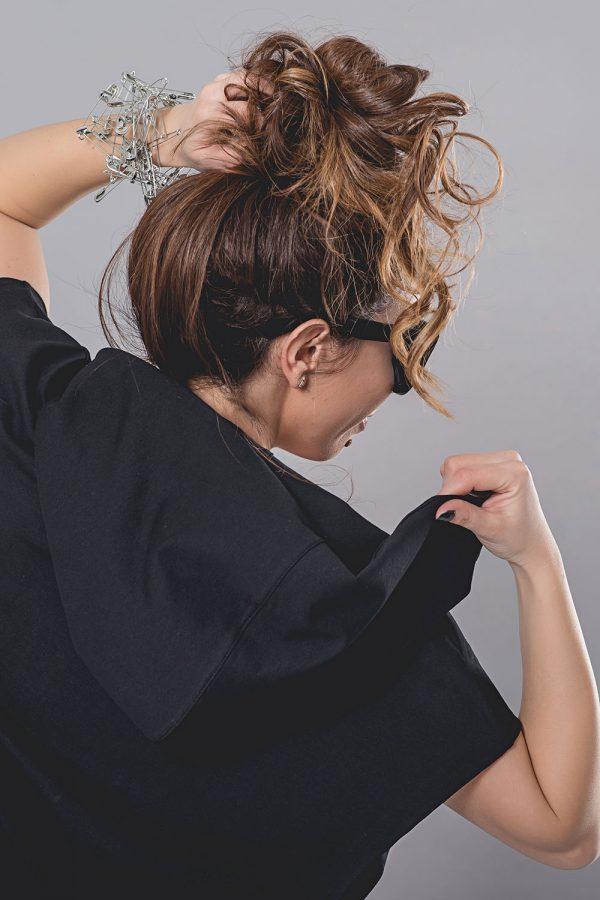 Черна туника суитчер с декоративни игли